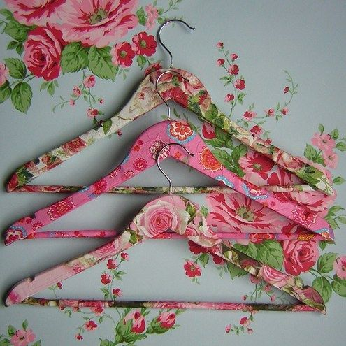 Gorgeously shabby chic floral decoupage covered wooden hangers. #hangers #storage #closet #bedroom #crafts #DIY #shabby #chic #red #green #pink #aqua