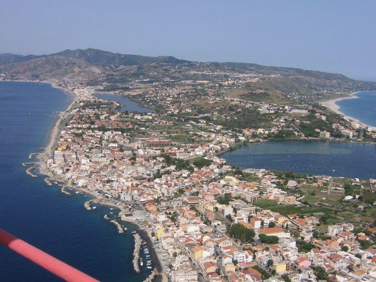 Il #Pilone di Torre Faro (ME).  Traliccio elettrico in uso fino a qualche anno fa, adesso si staglia sulla punta estrema della #Sicilia Nord Orientale facendo bella mostra di sé  #mare #torre #sea #tower #ituoiluoghi