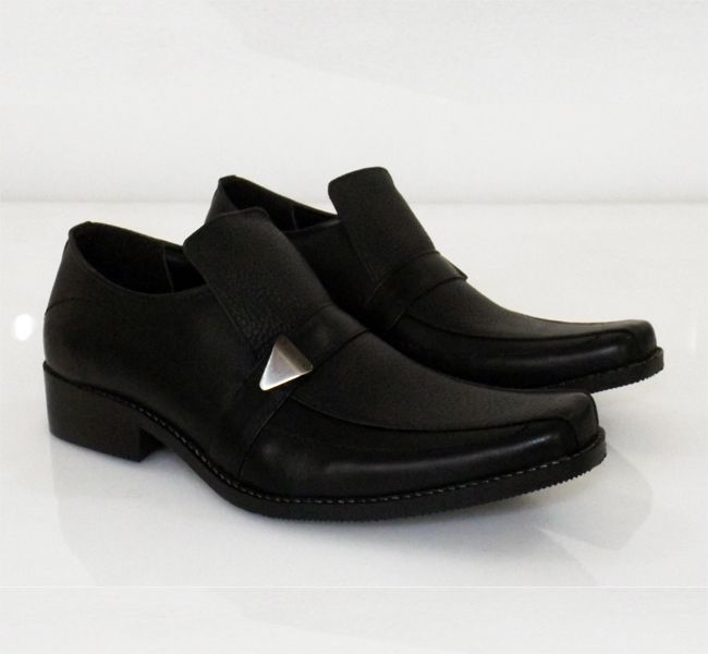 Spesification : – Upper : Cow LeatherKlaf – Outsole : Syntetic Fiber Javarino – Heel : Non Slip Rubber – Lining + Shock : Syntetic PVC Stiteching : Nylon Size (40 s/d 43) Colour : Black