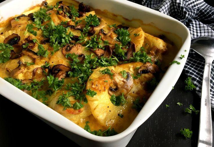 Super lækker opskrift på kylling i fad med ananas og karry. Et skønt alternativ til den klassiske kylling i karry og et rigtigt hverdags- og familiehit