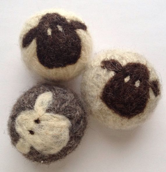 Deze leuke en veelzijdige wol ballen er zijn aangeschaft voor ornamenten, natuurlijke BABYSPEELGOED, droger ballen, stress ballen en vezels kunst voor weergave.  De 100% wol droger ballen worden gemaakt met een combinatie van naald vilten en NAT vilten. De gezichten van de schattige schapen zijn naald vilten op de natte Gevilte ballen. Elke sheepy bal is een beetje anders, met een iets andere persoonlijkheid. Aanbieding is voor 1 driekleur kudde van 3 sheepy haardroger balletjes…