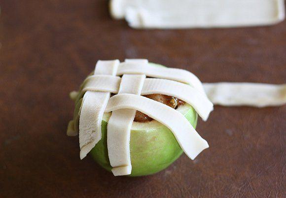 Ze+maakt+een+gat+in+een+appel+en+ze+vult+deze+met+iets+HEERLIJKS!+Dit+is+echt+perfect+als+dessert!