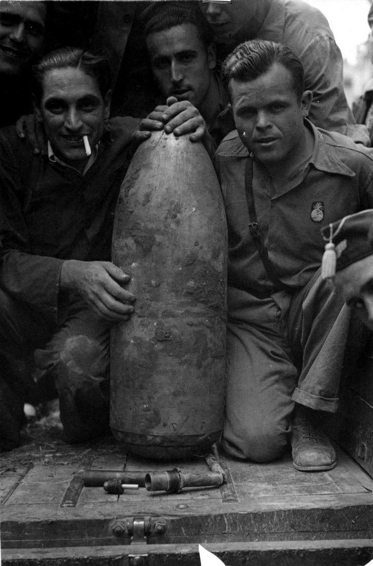 Una de la bombas lanzadas por los aviones franquistas sobre Valencia, en 1937, y que no estalló  ARCHIVO ABC