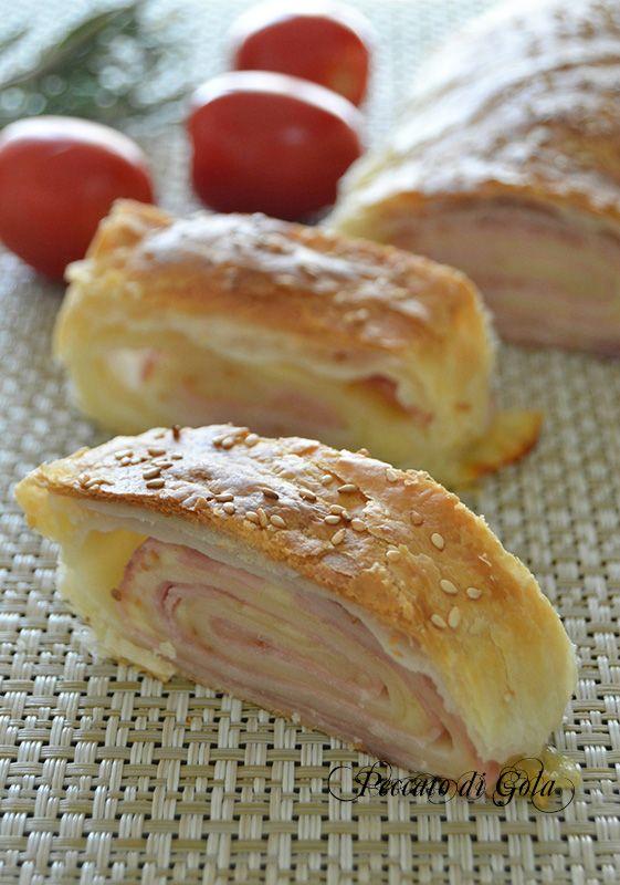 Un gustoso rotolo di sfoglia con prosciutto e formaggio è adatto per le feste, gli aperitivi e gli antipasti, una ricetta facilissima e veloce da realizzare