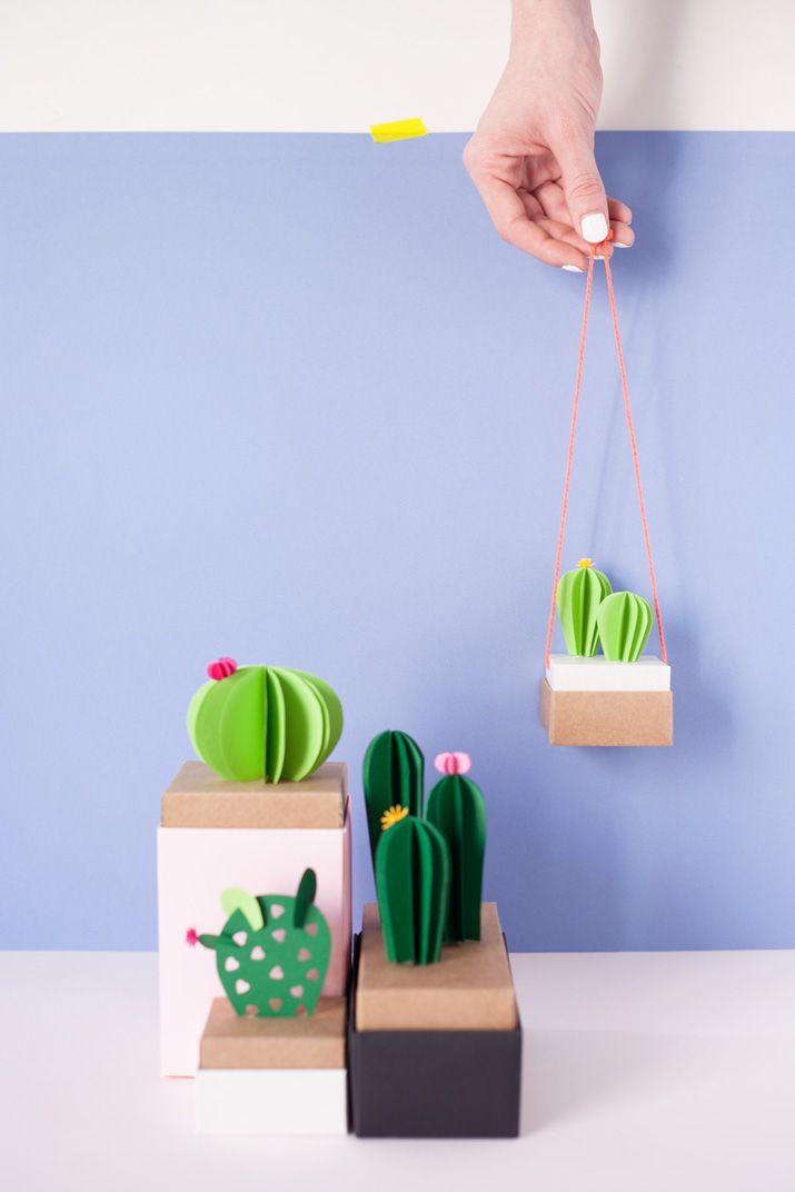 ¡¡¡¡Quién fuera cactus para sobrevivir a este calor achicharrante!!!! ¿Recordáis estos preciosos cactus de papel? Los diseñé para un workshop de SelfPackagingutilizando algunas de sus cajitas de cartón. Como sé que no soy la única que anda obsesionada con los cactus últimamente, he decidido sacarlos...