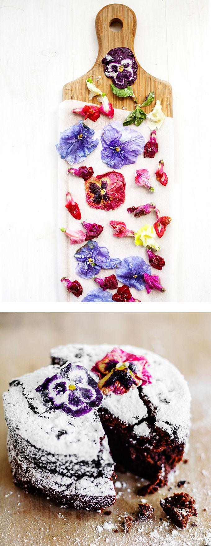 beautiful edible #flowers on a #cake <3