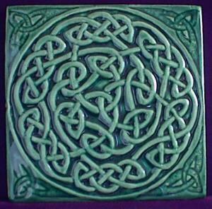 kelta csomó A kelta csomó az örökkévalóságot jelképezi, mert a vonalak egy önmagán többször átbújó hurkot képeznek. Ez a szimbólum erővel tölt fel, céltudatossá és legyőzhetetlenné tesz. A mágikus erőket is fel lehet erősíteni vele.