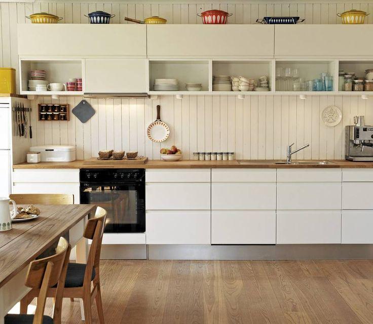 Hvitt kjøkken med heltre benkeplate.