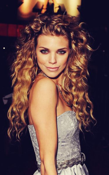 One of my apparent hair twins, Annalynne McCord, rocking relatively long hair for her.