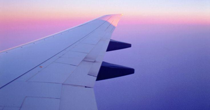 Cómo conseguir vuelos nocturnos más baratos. Los vuelos de ojos rojos generalmente son más baratos que los diurnos que parten o arriban en horarios más cómodos. Estos vuelos nocturnos son llamados así por los pasajeros que deben llegar al aeropuerto en la mitad de la noche privándose de dormir. Sin embargo, si no te importa dormir en un avión, o si ya estás tan afectado por el jet-lag que ...
