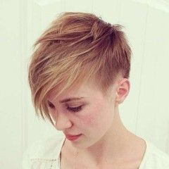 Nádherné účesy pre krátke vlasy: ofina na stranu