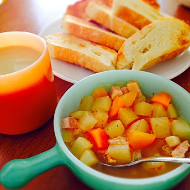 大根人参2種玉ねぎベーコントマト コンソメ 息子2回お代わり♡ 大人はプラス黒胡椒とラー油でスプーン止まらないw パンにもあいますな♪ - 48件のもぐもぐ - 野菜スープとみりんパン by NYK