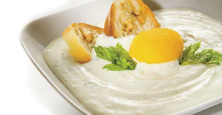 Petit potage de gorgonzola au jaune d'œuf croquant et croûtons de pain aux noix - #Recettes #Entrées, Recettes #Fromage #Gorgonzola - http://fr.gorgonzola.com/recettes/petit-potage-de-gorgonzola-au-jaune-doeuf-croquant-et-croutons-de-pain-aux-noix/