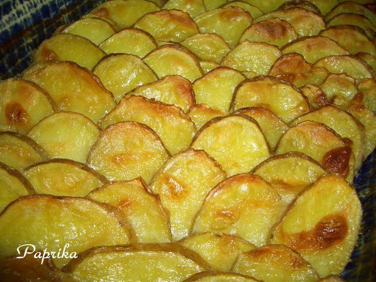 Malé brambory omyjeme, kdo chce může oloupat - já loupu jen tehdy, když není hezká slupka. Brambory nakrájíme na tenká kolečka, já používám...