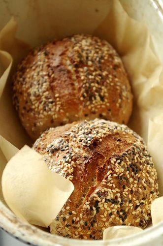 Недавно довелось попробовать очень вкусные хлебцы производства пекарни местного супермаркета, сверху они были обсыпаны кунжутом и льном, внутри явно с добавкой…