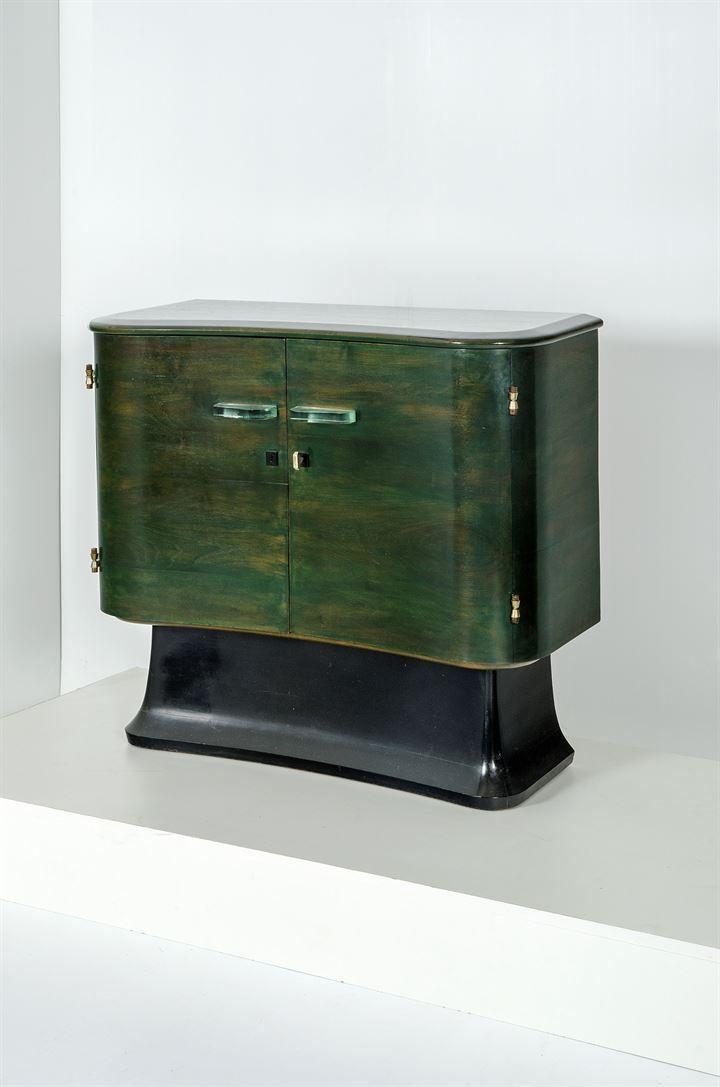 VALABREGA VITTORIO Piccola credenza in legno di noce tinto all'anilina, serramenti in ottone, maniglie in cristallo molato. Prod. Valabrega anni '30 cm 91,5x102x43