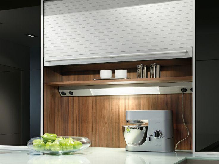 Du musst dich nicht immer entscheiden, ob du in deiner Küche etwas verstecken oder zeigen willst. Mit dem Rolloschrank kannst du im Handumdrehen zwischen beiden Möglichkeiten wechseln.