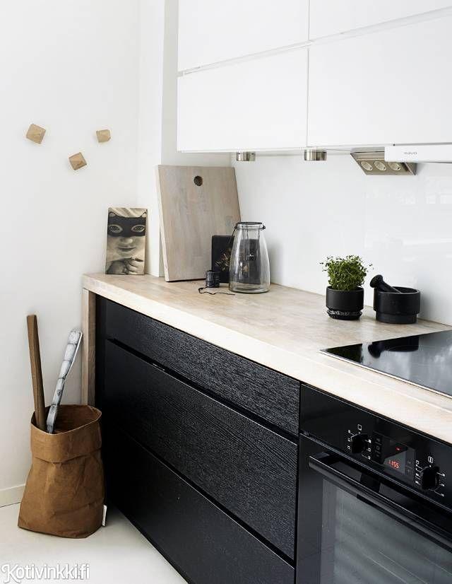 Lapsiperheen vaalea koti | Kvikistä tilattu paksu työtaso kehystää kauniisti mustaa laatikostoa.