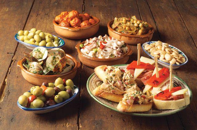 Una variedad de tapas en Barcelona, España.