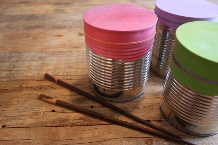 Welk kind houdt nu niet van muziek maken? Natuurlijk kun je een muziekinstrument in de winkel kopen, maar het is veel leuker om zelf een trommel te maken. Wat heb je nodig? Een conservenblik, een ballon (zonder uiteinde) en een elastiekje. Je kunt sushi-stokjes gebruiken om te trommelen. Heb je die niet in huis (kan ik me best voorstellen….): een lepel voldoet ook prima. Voor een extra effect kun je de trommels vullen met rijstkorrels. Veel muzikaal plezier!