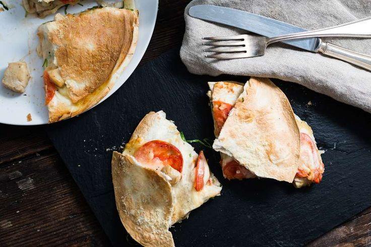 Tortillataart met kipfilet, tomaat, mozzarella en rucola