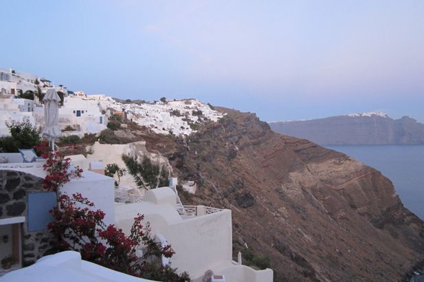 Santorini: snow-white habitations dance in the light on the very edges of these towering rock faces thrust up and outwards in a phenomenal explosion that brought down the entire Minoan civilisation. #FiveStarGreece #LuxuryVillas #HolidayMatchmakers
