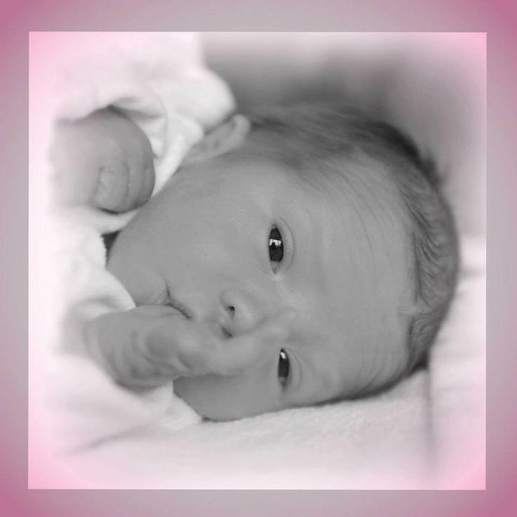 Er is niets belangrijker dan je baby. Een baby verandert heel snel en het is fantastisch om je kindje vast te leggen op foto's. Fotostudio Happy2cu neemt alle tijd voor een fotoshoot en zorgt ervoor dat je kindje en jijzelf je op je gemak voelen in onze huiselijke studio. Als fotograaf heb ik veel ervaring met kinderen, omdat ik jarenlang op een kinderdagverblijf heb gewerkt.