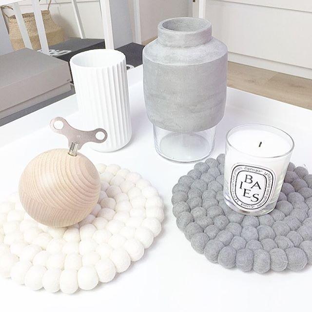 Hvit og grå bordbrikker! Helt naturlig! :-)