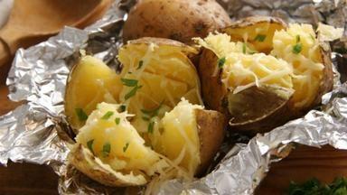 Připravte si báječné pečené brambory 5x jinak