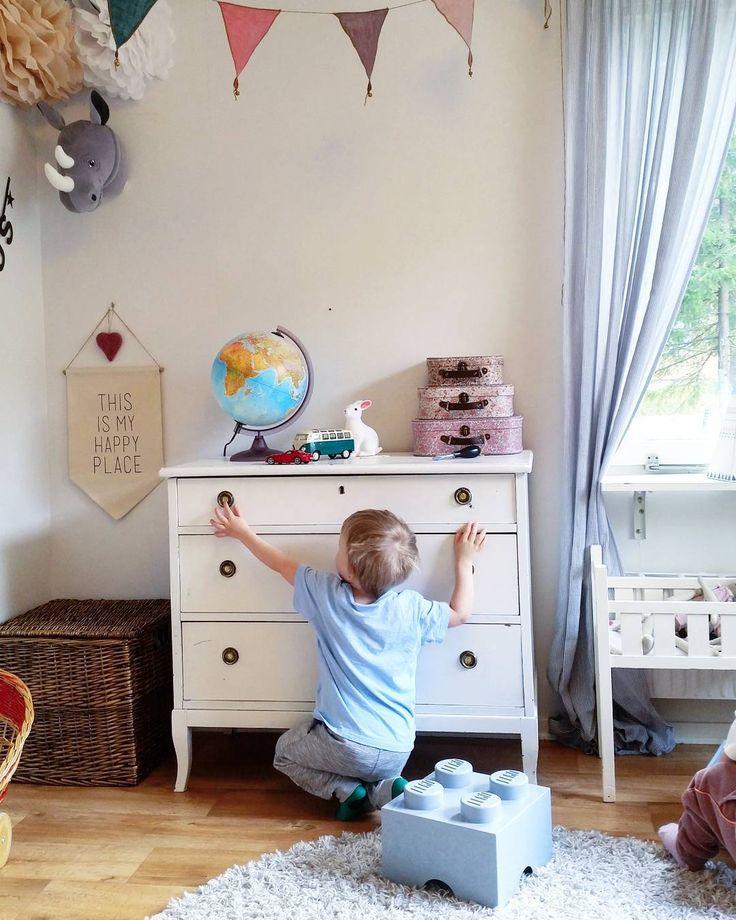 Vet vem som kommer bli datahacker när han blir stor, eller inbrottstjuv  #pillapåallt #lillebror #barnrummet #barnrumsdetaljer #barnrumsinspo #barnrumsinredning #barnrumsinspiration #barnrummet #mittbarnrum #mittbarnerom #kidsroom #finabarnsaker #legoförvaring #byrå #secondhand #älskargamlamöbler #myhappyplace #jordglob #barnväskor #rotting #korg #förvaring #kaninlampa #nattlampa #vimpel #numero74 #pompoms #diy #djurhuvud #hmhome