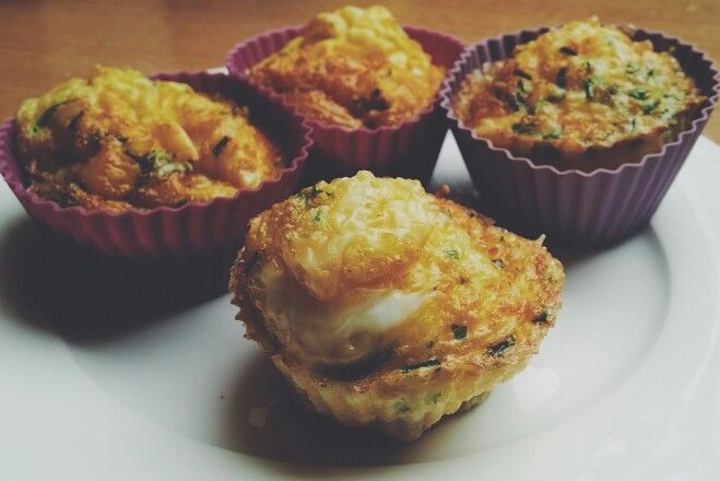 Breakfast! Eggmuffins with spinach, tomatoes and cheese.