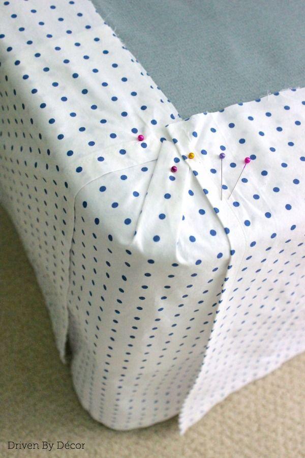 Esquina de bedskirt con paneles clavado a permanecer en el lugar