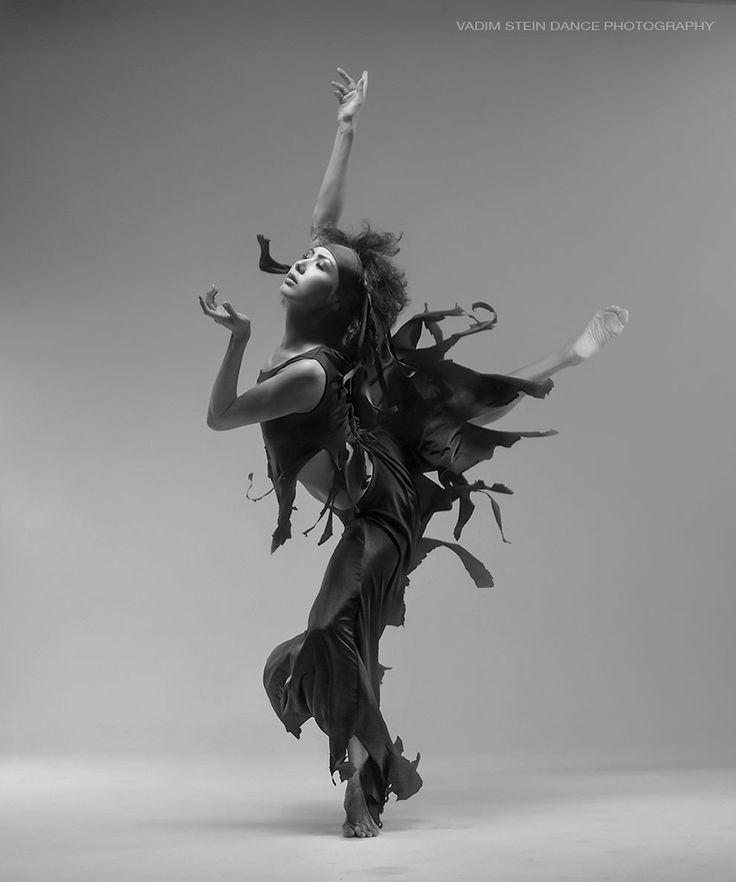 Вадим Штейн родился в Киеве в 1967 году, получил образование в области скульптуры и реставрации. В период с 1985 по 1992 год он работал в Театре пластической драмы - как актер и осветительный дизайнер. После ухода из театра он увлекся декоративной скульптурой и графикой. Тогда возникла необходимость сфотографировать его собственные работы. Это было начало.