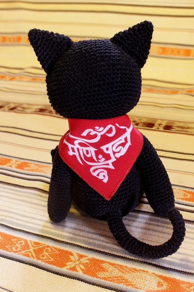 Gato , diseñado especialmetne para mi amigo Juna Manuel, tomando como modelo su gato, tejido para su sobrino. Tejido en crochet, pañoleta cosida y pintada a mano, con frase en Sánscrito, complaciendo su solicitud. Solicite el suyo a su gusto al 3167317595 o al 3125954366