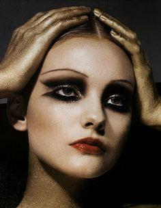 restriction retrato de dos personas, la mujer y el que le esta sosteniendo la cabeza editorial '30s makeup