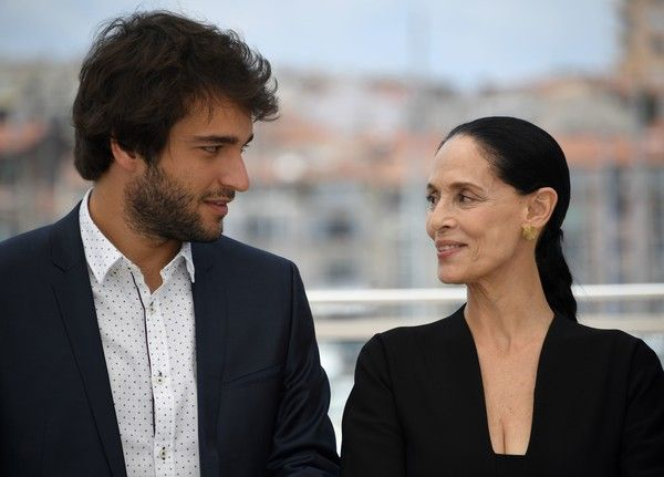 """Brazilian actor Humberto Carrao and Brazilian actress Sonia Braga pose on May 18, 2016 during a photocall for the film """"Aquarius"""" at the 69th Cannes Film Festival in Cannes, southern France.  / AFP / ANNE-CHRISTINE POUJOULAT"""