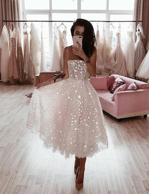 La robe de soirée blanche haute couture habille la bretelle spaghetti avec des appliques