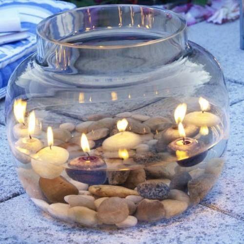 Eine besondere und einfach umzusetzende Tischdeko Befülle eine Vase oder großes Glas mit Wasser und lege schöne Muscheln, Blüten, Steine...hinein. Anschließend nur noch eine Schwimmkerze draufsetzen und fertig ist eine tolle Tischdeko