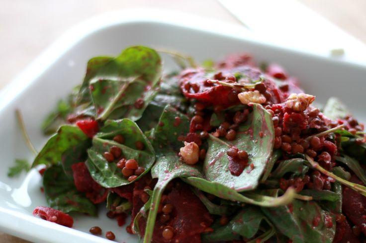 De lente staat voor de deur en dus is het hoog tijd voor een gezonde, snelle salade. Deze gezonde salade als alternatief voor brood tijdens de lunch is onwijs lekker. Bekijk het recept en mijn nieuwste video hoe je de salade maakt.
