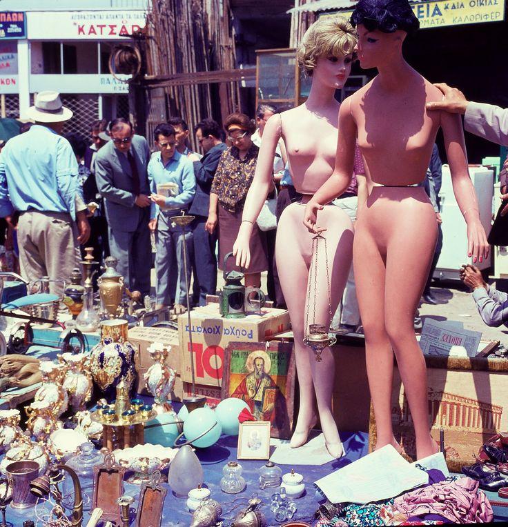 1966. Πλατεία Αβησσυνίας. Γυμνές στον ήλιο με ένα λιβανιστήρι στο χέρι.