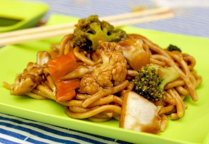 Ingredientes  300g espaguete do fininho 1 cebola grande picada em pedaços médios 1 colher de sopa de óleo 1/2 maço pequeno de brócolis 1/2 maço