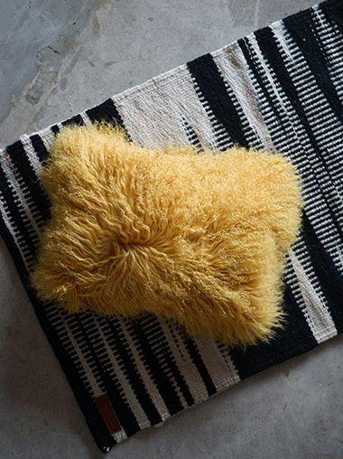 チベットラムのファークッションです。 10~15cmほどと毛足は長く、巻き毛ならではのボリューム感と繊細な柔らかさはラグジュアリーな逸品です。