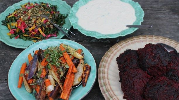 500 g rödbetor 1-2 kokta potatisar eller gammalt potatismos.1 lök 2 msk ströbröd 1 liten pressad vitlöksklyfta 1 ägg ½ tsk salt och nymalen svartpeppar ...