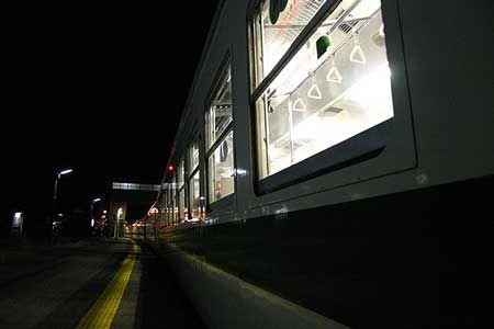 夜の途中駅で、ホームに降りてみる。静かだった。そして、1年あまり前に起きた東日本大震災は、原発を壊し、今でもこの駅を立ち入ることのできない場所にしている。[2005/4 竜田駅 JR常磐線273M仙台行(455系)]© 2010 風旅記(M.M.) 風旅記以外への転載はできません...