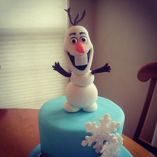Check out the details on this edible Olaf that tops a Frozen-blue cake. Source: Facebook user  Maliha Creations