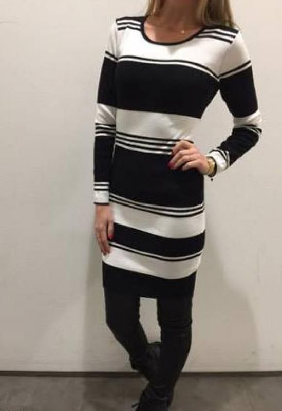 Jurk zwart wit gestreept van Rebelz. Draag deze jurk als jurk of als tuniek.  Meer trendy en betaalbare kleding shop je bij Fashion & Trends