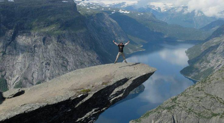 L'été dernier j'avais donc décidé de partir visiterlaNorvège durant presque 3 semaines avec pour seul compagnon mon sac à dos. Encore une fois je n'avais noté que grossièrement les lieux à visiter et mon itinéraire restait assez flou. Je n'avais que le billet d'avion aller-retour jusqu'à Oslo. L'idée était de partir d'Oslo, de rejoindre la côte ouest du pays en visitant les fjords et en remontant au Nord afin d'atteindre les iles Lofoten dans le cercle po...