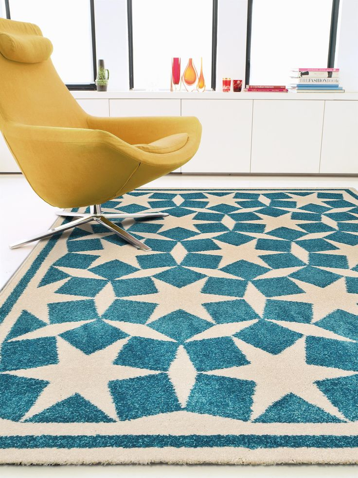 Aus vielen kleinen Würfeln scheint auf dem pflegeleichten Teppich Anis aus der Kollektion von benuta ein tolles grafisches Sterne-Muster zu entstehen.