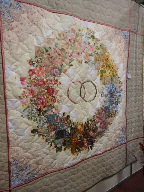 A Great Anniversary Wedding Quilt I Initially Thought The Wreath Ring Was Ragged Scraps But Its Flat