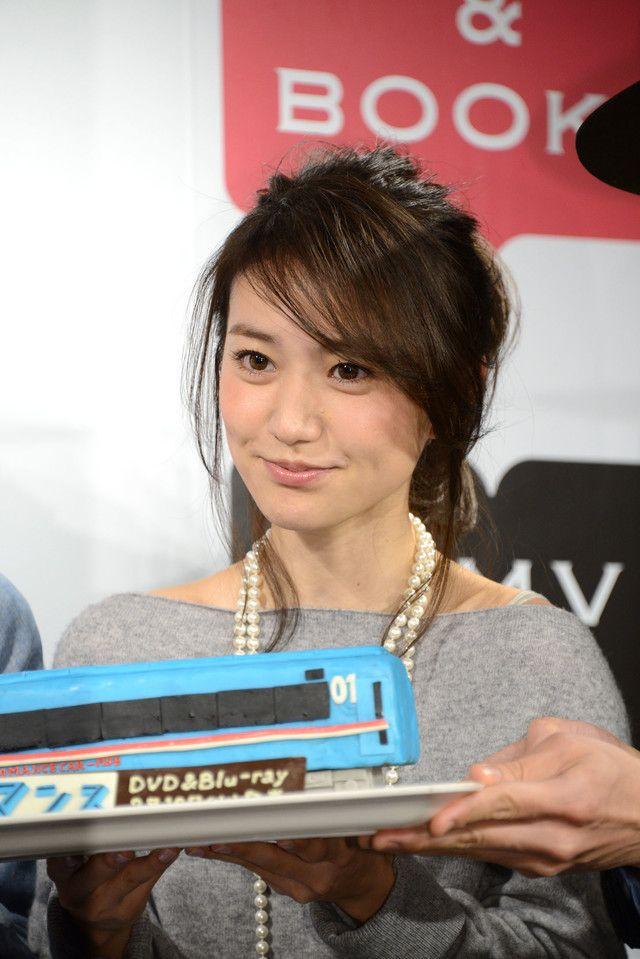ロマンスカー型チョコレートケーキを持つ大島優子。